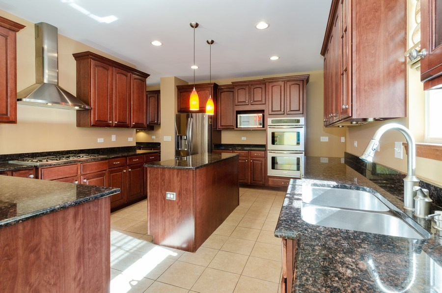 Real Estate Photography - 213 Dawn Court, Elgin, IL, 60124 - Kitchen