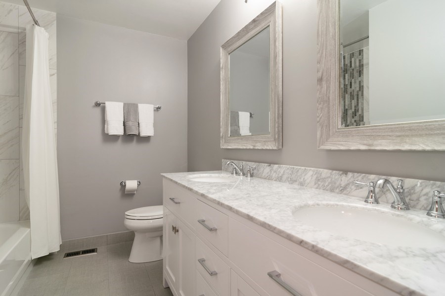 Real Estate Photography - 4380 N Cottonwood Trail, Hoffman Estates, IL, 60192 - Bathroom