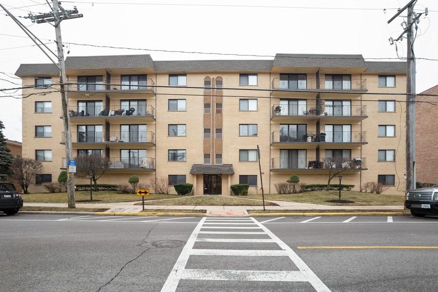 Real Estate Photography - 1441 E THACKER #204, DES PLAINES, IL, 60016 - Front View