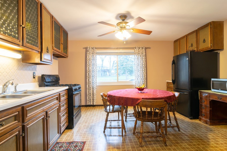 Real Estate Photography - 621 Arnold Ave, Streamwood, IL, 60107 - Kitchen