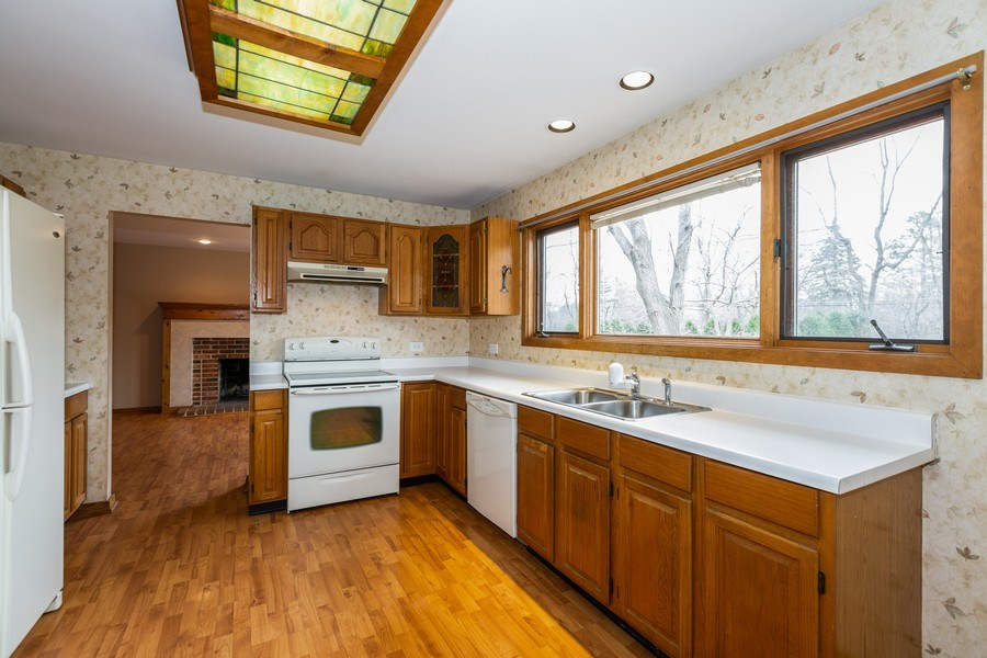Real Estate Photography - 707 Sunny Ln, Barrington, IL, 60010 - Kitchen