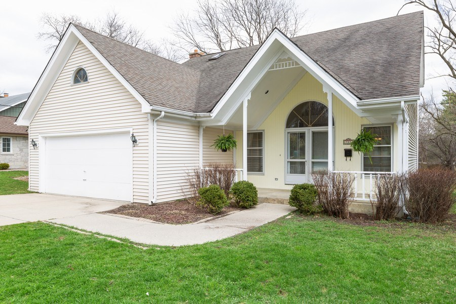 Real Estate Photography - 707 Sunny Ln, Barrington, IL, 60010 - Front View
