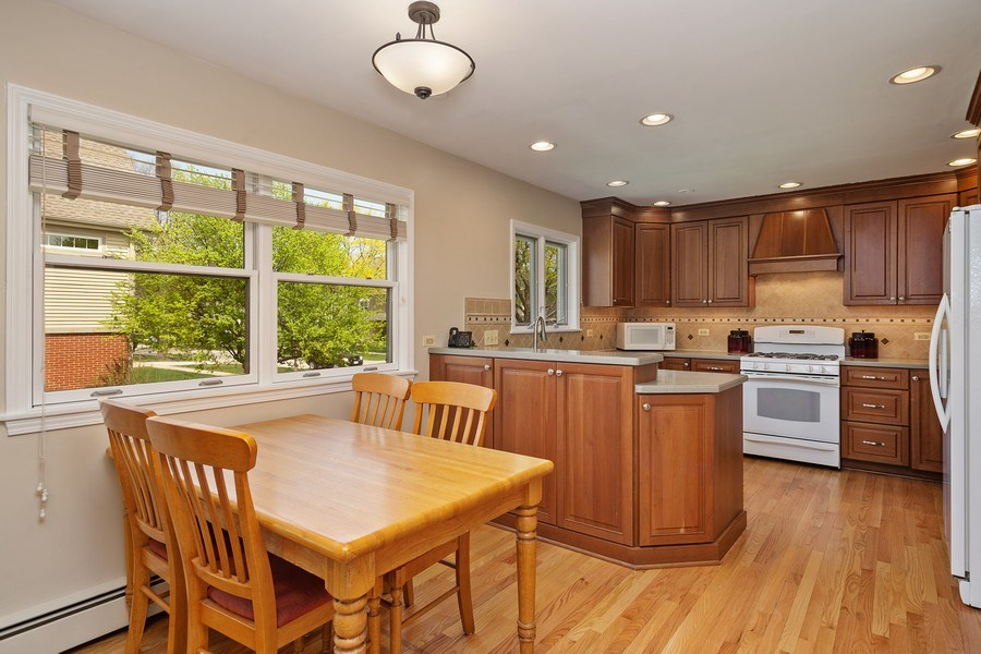 Real Estate Photography - 904 W George St, Arlington Heights, IL, 60005 - Kitchen / Breakfast Room