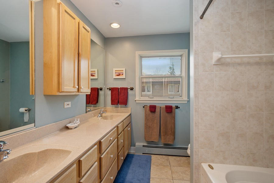 Real Estate Photography - 904 W George St, Arlington Heights, IL, 60005 - Bathroom