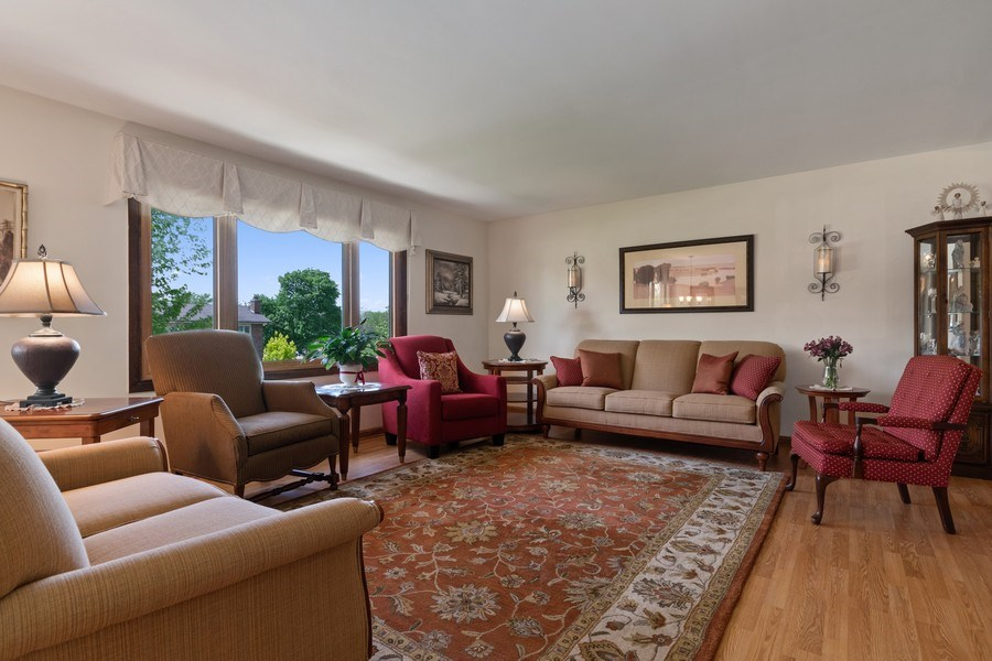 Real Estate Photography - 341 Martin Ln, Bloomingdale, IL, 60108 - Living Room