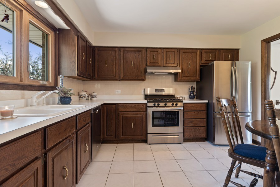 Real Estate Photography - 341 Martin Ln, Bloomingdale, IL, 60108 - Kitchen