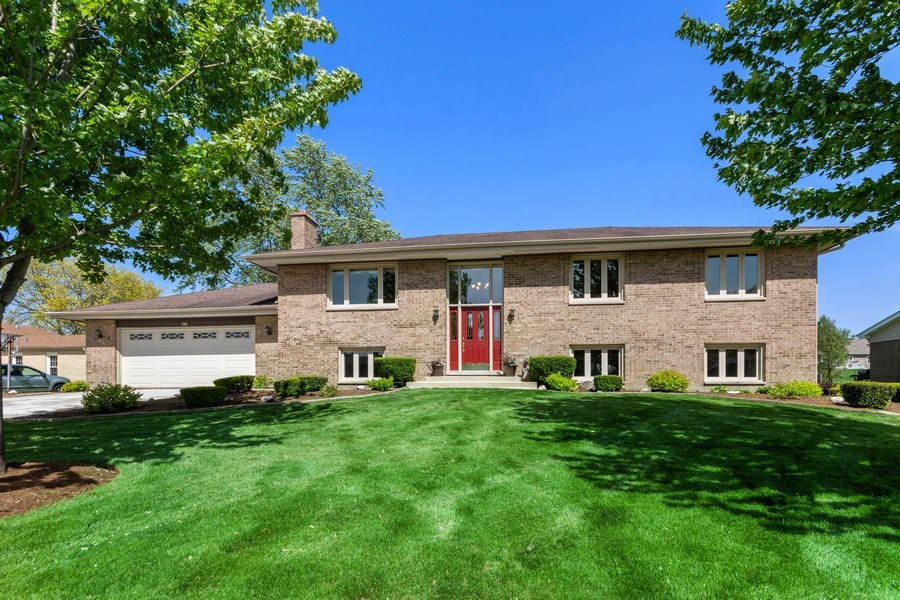 Real Estate Photography - 341 Martin Ln, Bloomingdale, IL, 60108 - Front View
