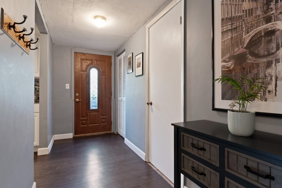 Real Estate Photography - 341 Martin Ln, Bloomingdale, IL, 60108 - Hallway