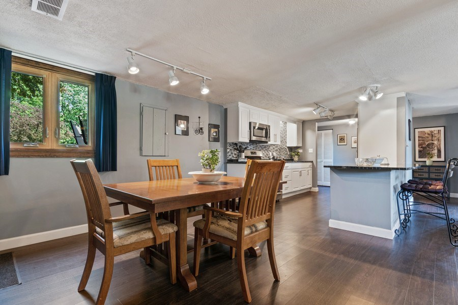 Real Estate Photography - 341 Martin Ln, Bloomingdale, IL, 60108 - Kitchen/Dining