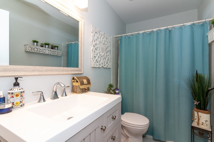 Real Estate Photography - 200 ARQUILLA LN, ALGONQUIN, IL, 60102 - Bathroom