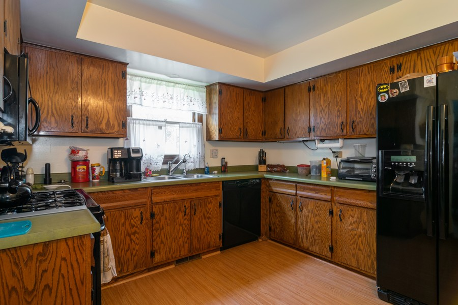 Real Estate Photography - 1610 Sheffield Dr, Elgin, IL, 60123 - Kitchen