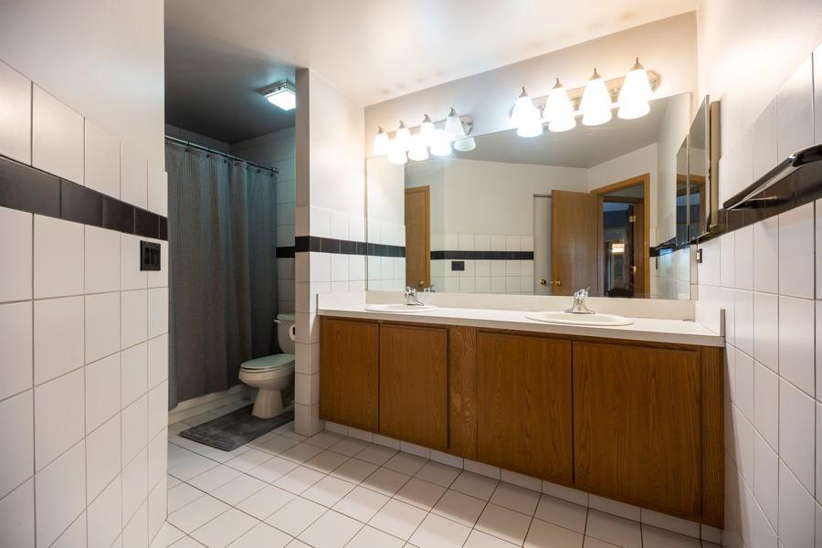 Real Estate Photography - 1958 N Stillwater Rd Unit 1958, Arlington Heights, IL, 60004 - Bathroom