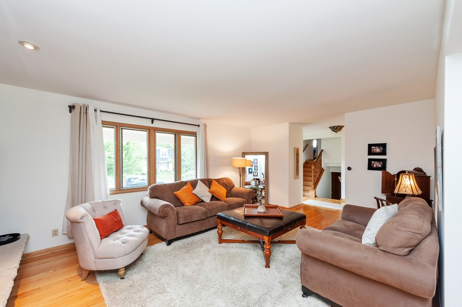 Real Estate Photography - 532 BERRIEDALE DR, CARY, IL, 60013 - Living Room