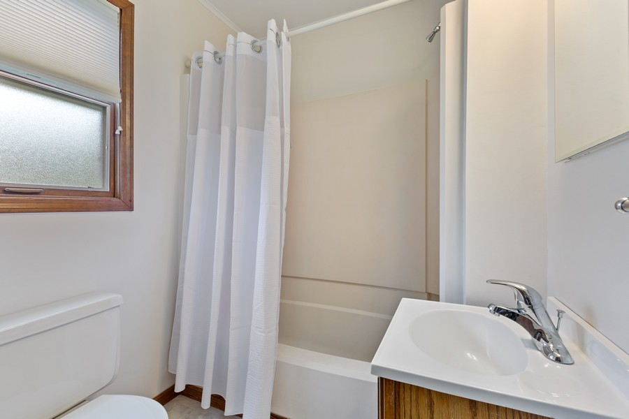 Real Estate Photography - 1469 Lowe Dr., Algonquin, IL, 60102 - 2nd Bathroom