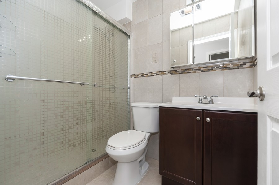 Real Estate Photography - 3300 Carriageway Dr, 309, Arlington Heights, IL, 60004 - 2nd Bathroom