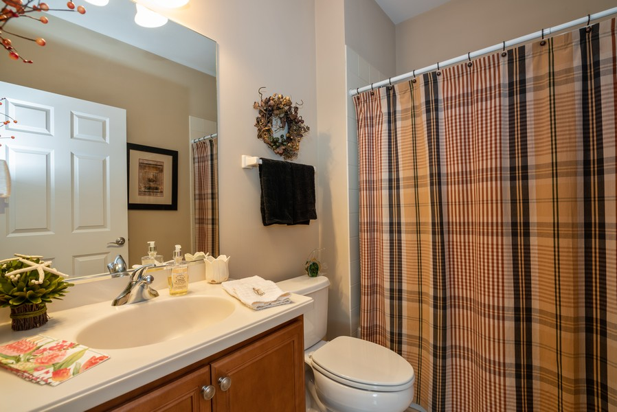 Real Estate Photography - 1031 Broadmoor, Elgin, IL, 60124 - 2nd Bathroom