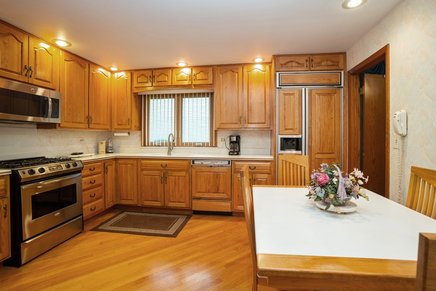 Real Estate Photography - 2938 s briarwood dr west, arlington hts, IL, 60005 - Kitchen