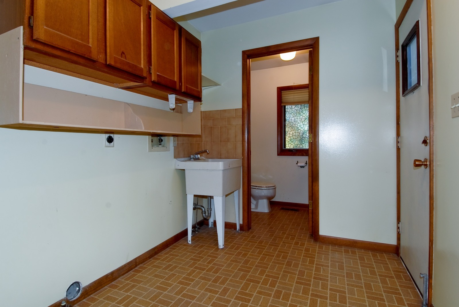 Real Estate Photography - 625 Konen Ave, Aurora, IL, 60505 - Laundry Room