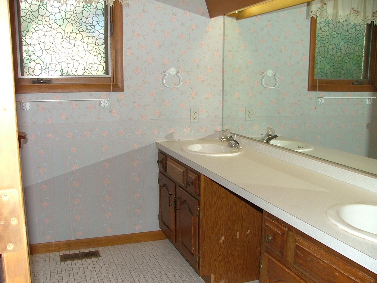 Real Estate Photography - 625 Konen Ave, Aurora, IL, 60505 - Hallway Bath