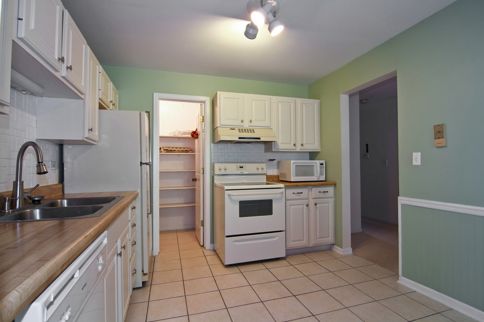Real Estate Photography - 23 Glencoe Ct, Unit 202-B, Naperville, IL, 60565 - Kitchen