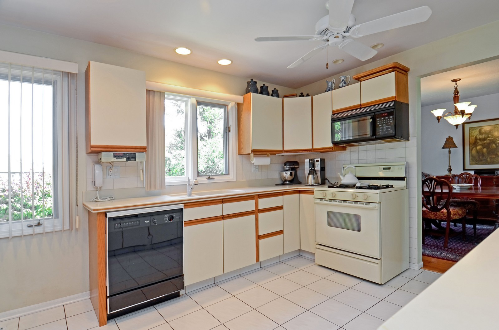 Real Estate Photography - 367 S Edgewood, Wood Dale, IL, 60191 - Kitchen