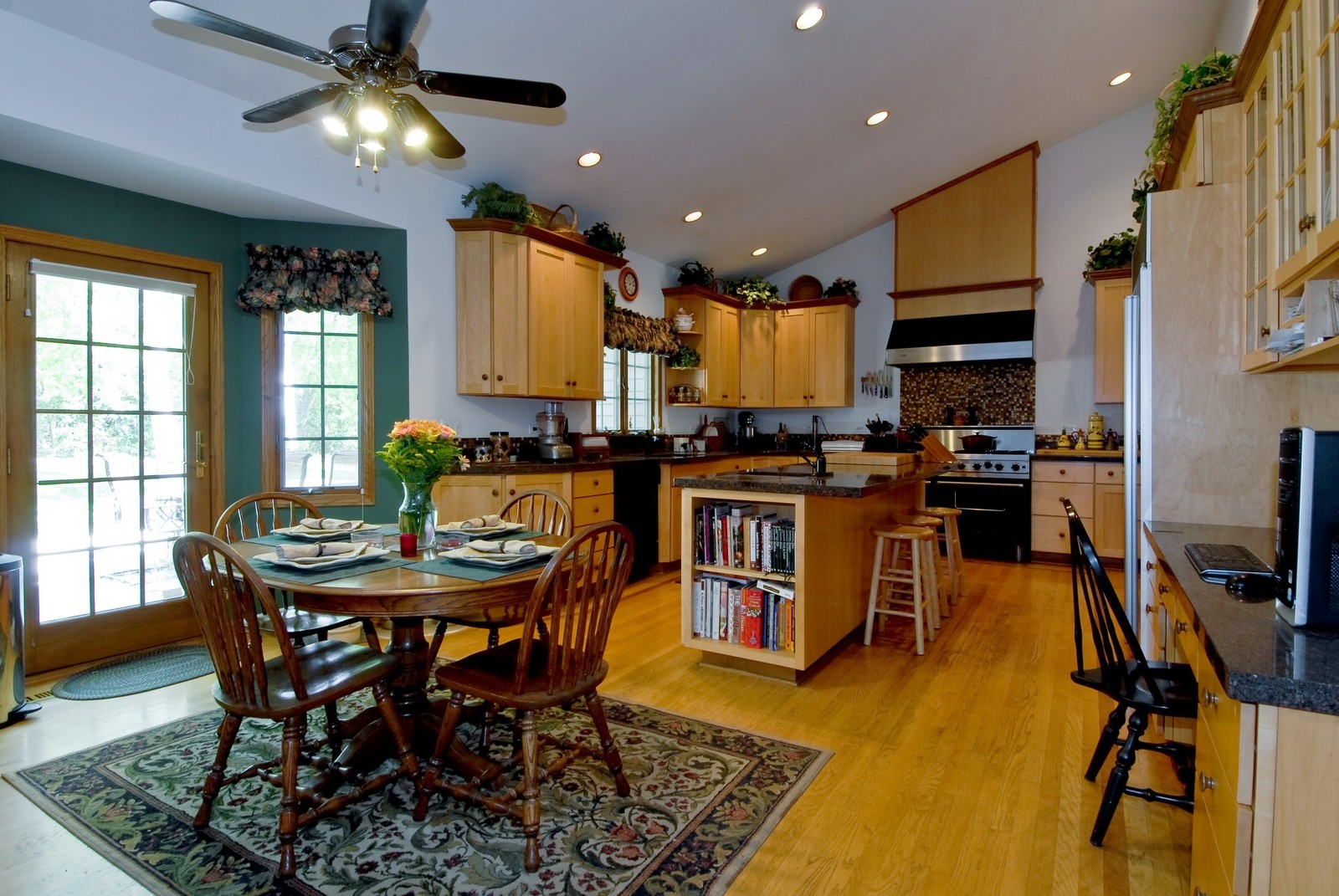 Real Estate Photography - 38W660 Mallard Lake Rd, St Charles, IL, 60175 - Kitchen / Breakfast Room