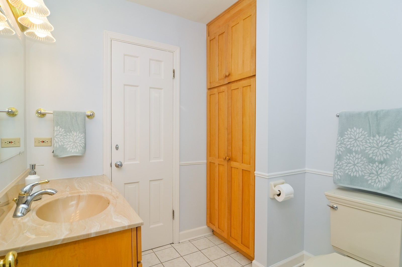 Real Estate Photography - 1070 Valley Lake Dr, Inverness, IL, 60067 - Half Bath