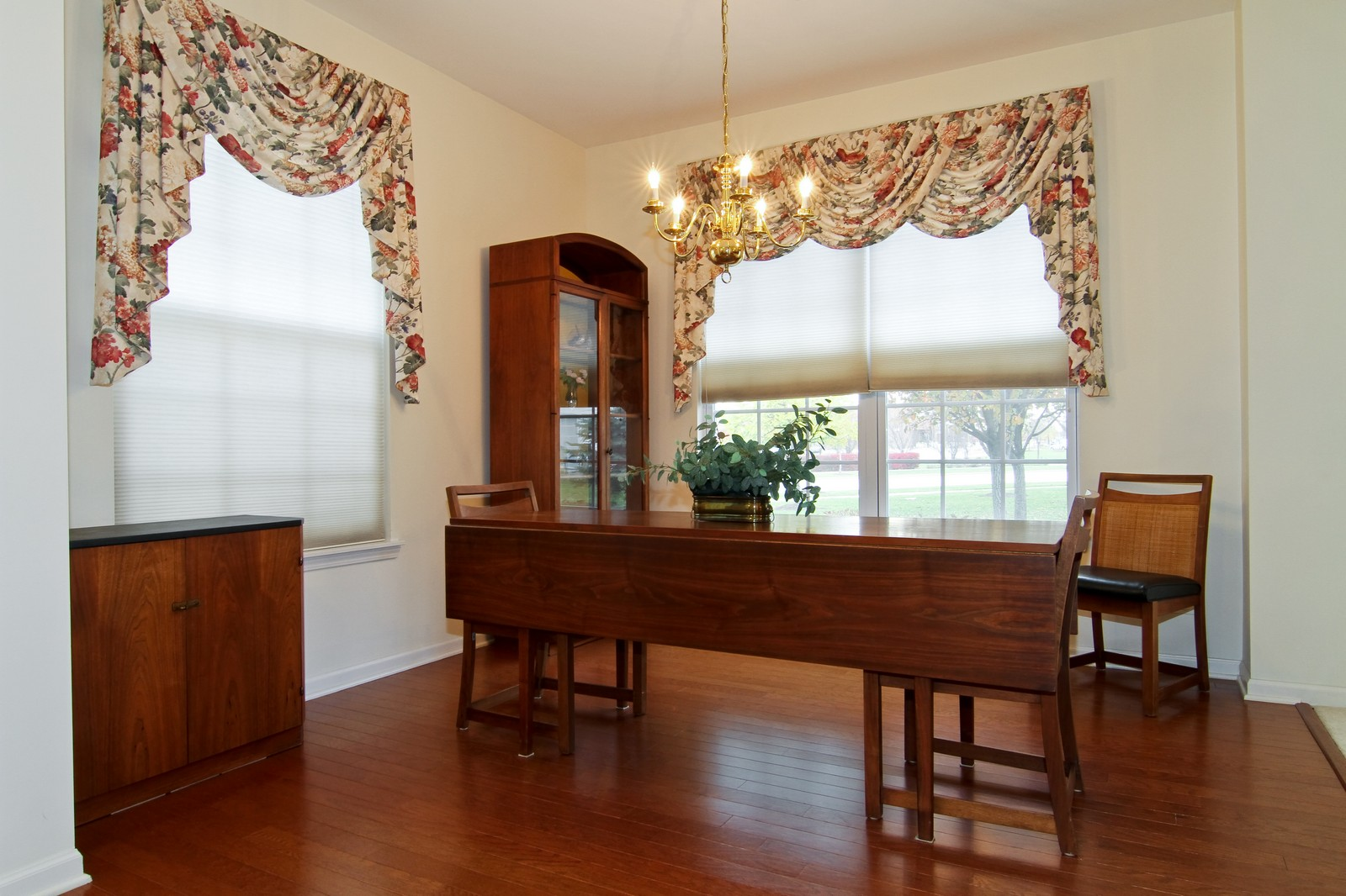 Real Estate Photography - 711 Crossing Way, Saint Charles, IL, 60174 - Dining Room