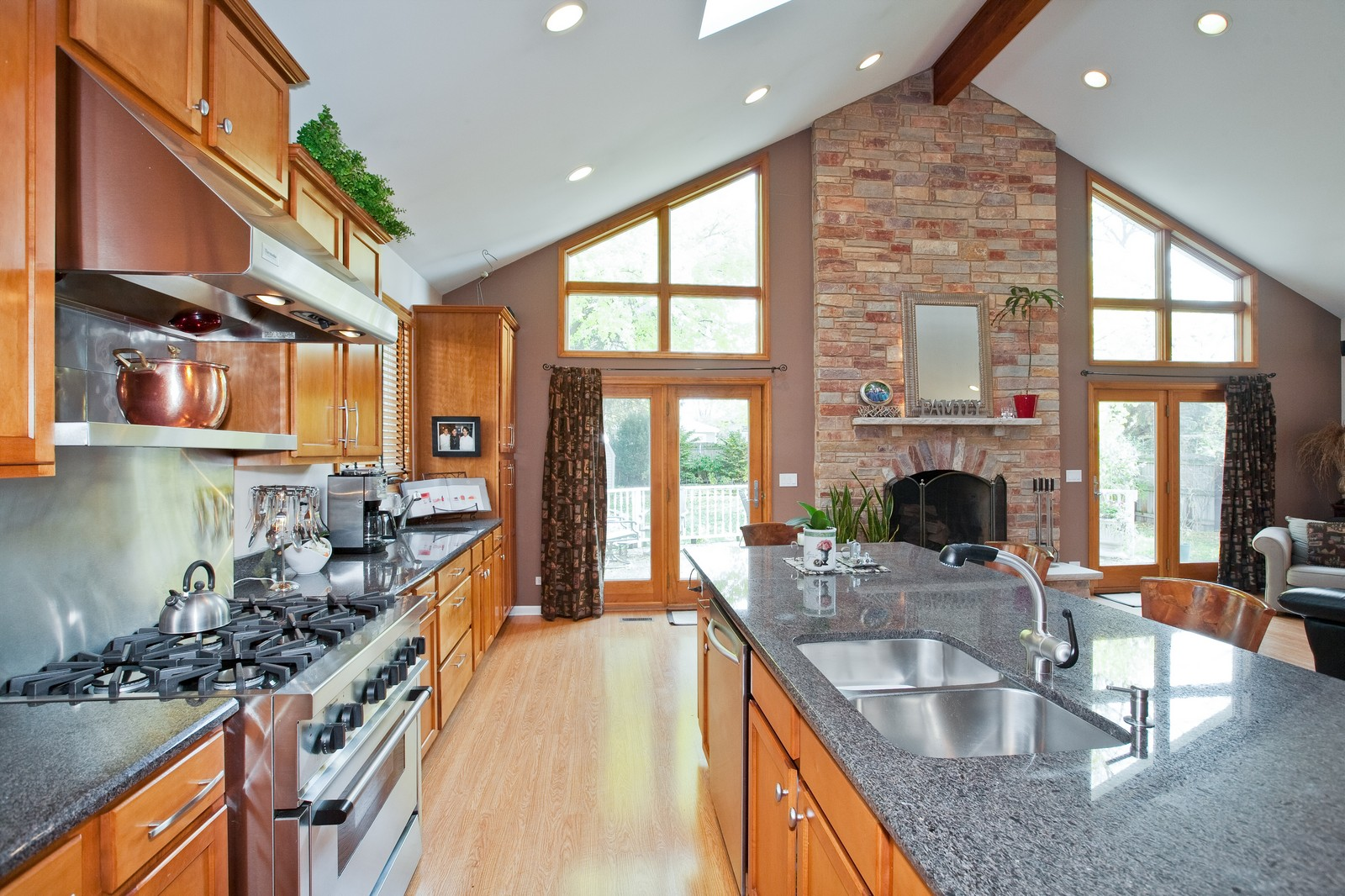 Real Estate Photography - 5743 Hillcrest Rd, Downers Grove, IL, 60516 - Kitchen