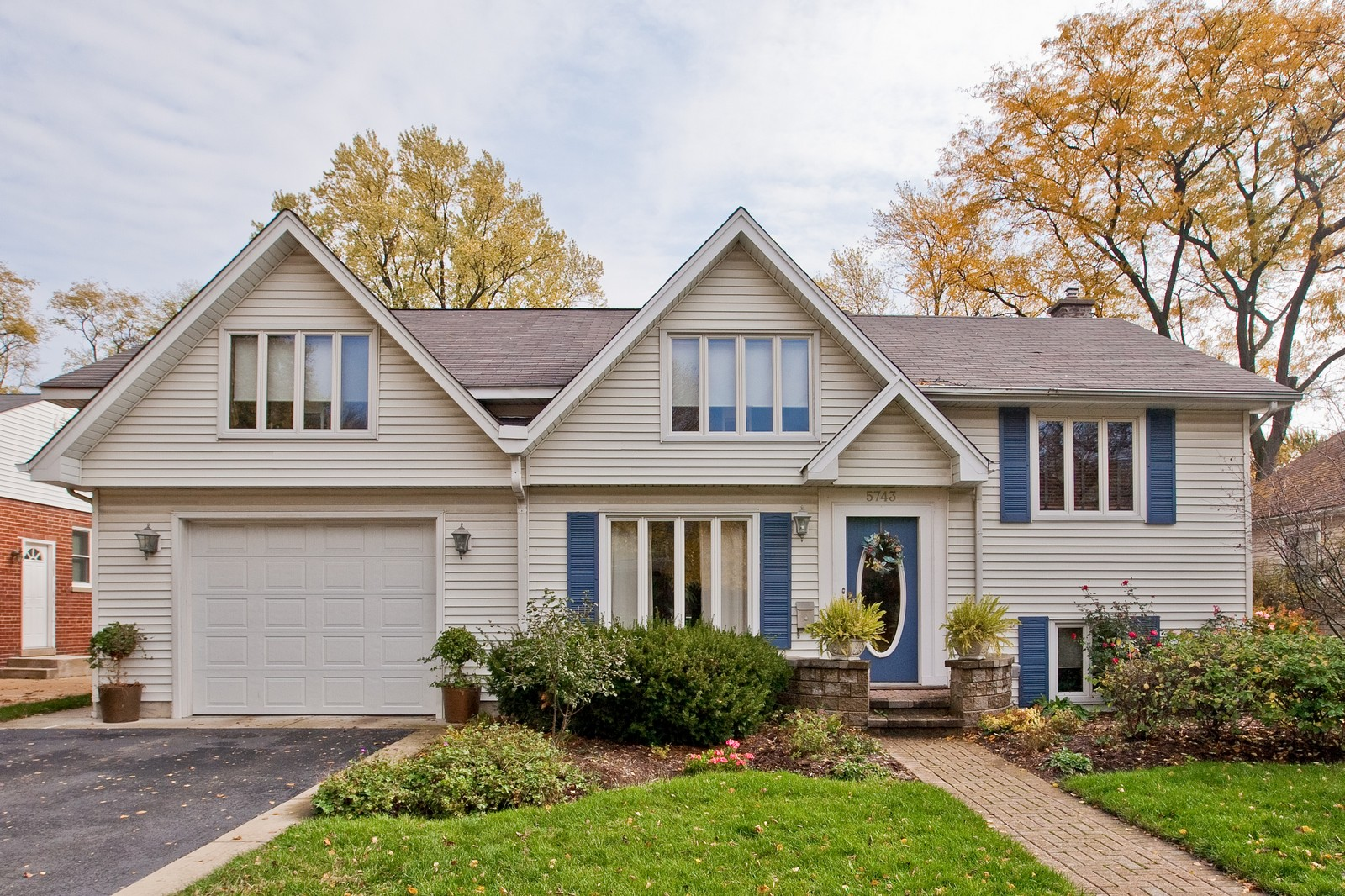 Real Estate Photography - 5743 Hillcrest Rd, Downers Grove, IL, 60516 - Front View