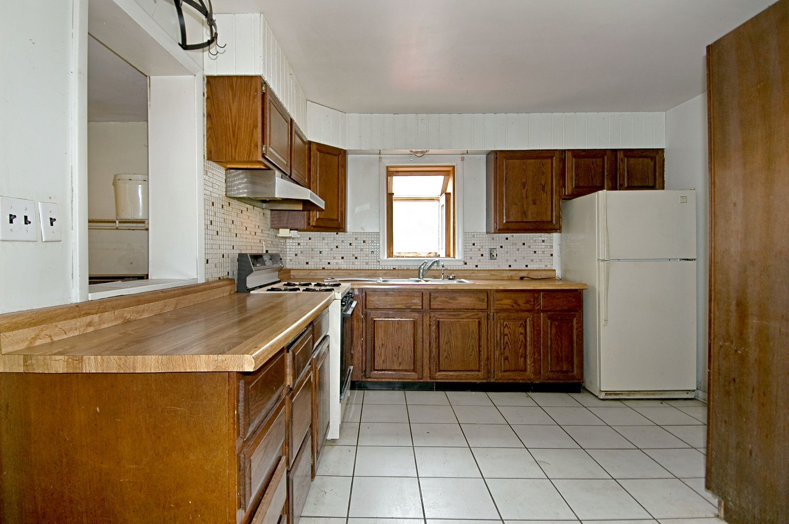 Real Estate Photography - 806 Rosemarie St, Lake in the Hills, IL, 60156 - Kitchen
