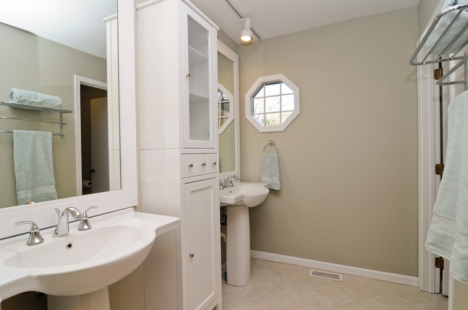 Real Estate Photography - 425 Bradwell Rd, Barrington, IL, 60010 - Bathroom