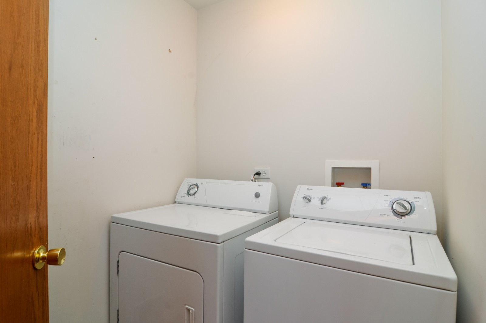 Real Estate Photography - 2208 Evergreen Cir, McHenry, IL, 60050 - Laundry Room