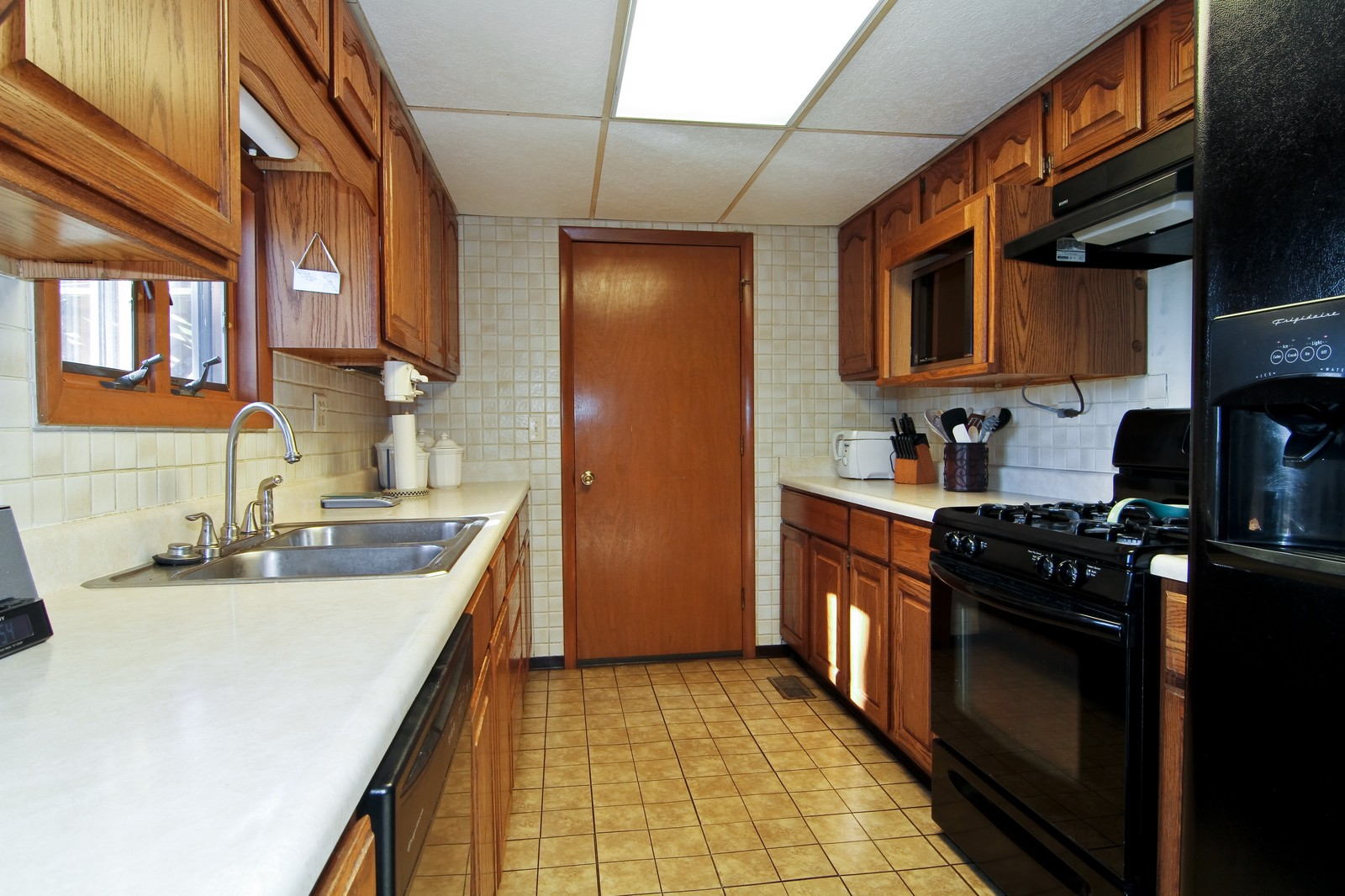 Real Estate Photography - 368 Thunderbird Trl, Carol Stream, IL, 60188 - Kitchen