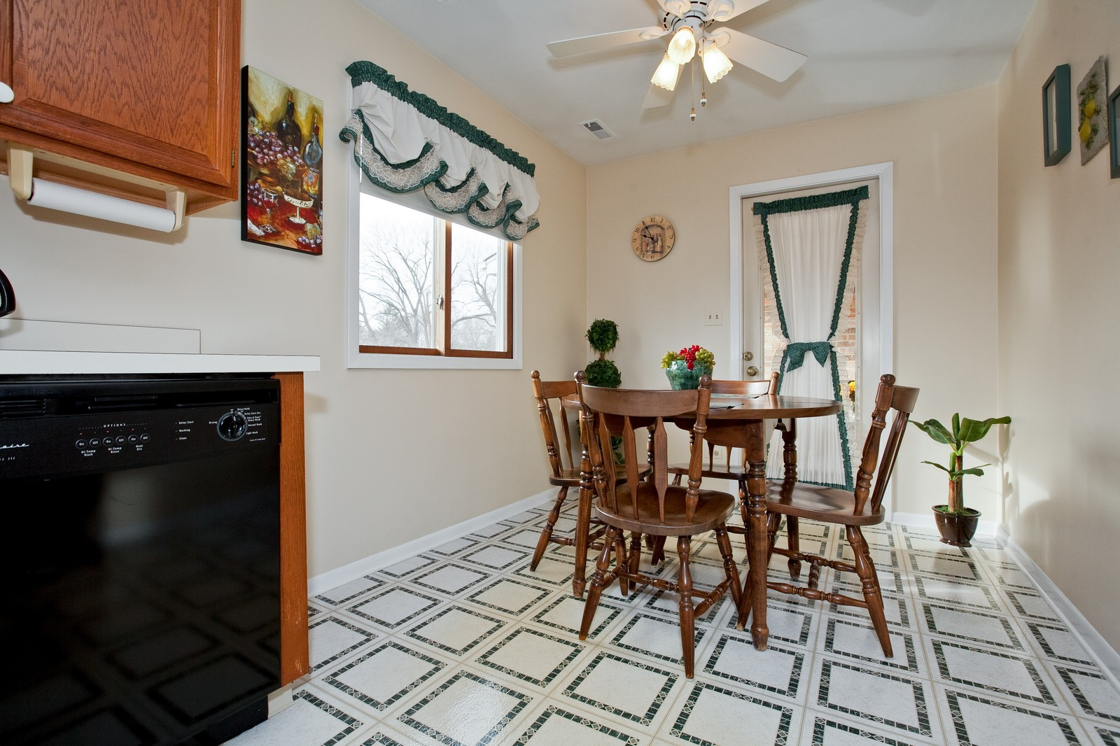 Real Estate Photography - 717 Maplewood Ct, Unit 38-C, Willowbrook, IL, 60527 - Kitchen / Breakfast Room
