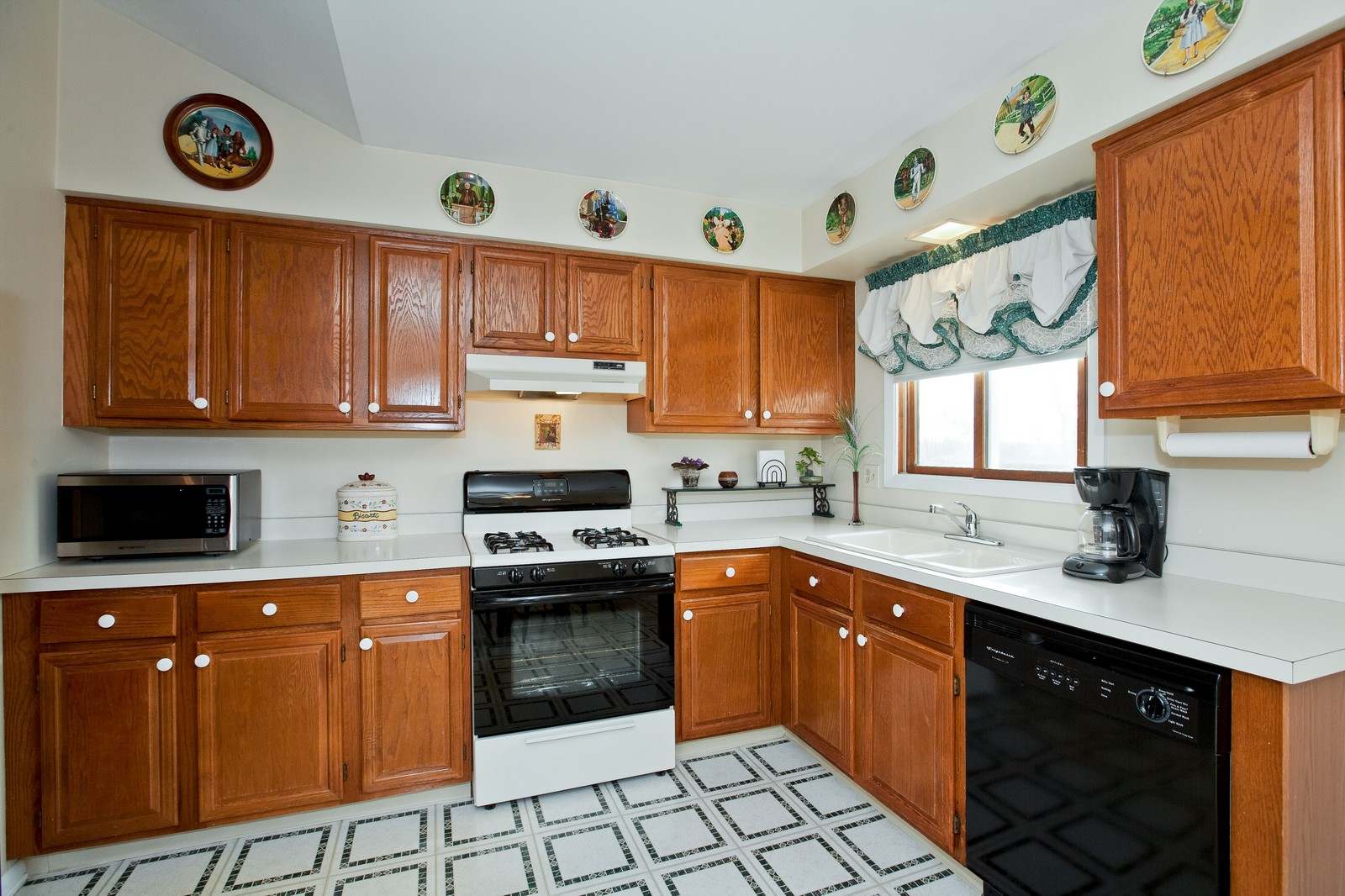 Real Estate Photography - 717 Maplewood Ct, Unit 38-C, Willowbrook, IL, 60527 - Kitchen