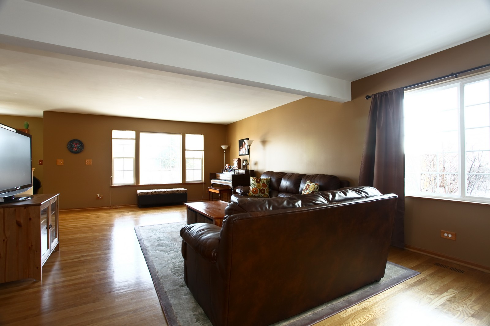 Real Estate Photography - 1383 Newcastle Lane, Bartlett, IL, 60103 - Family Room