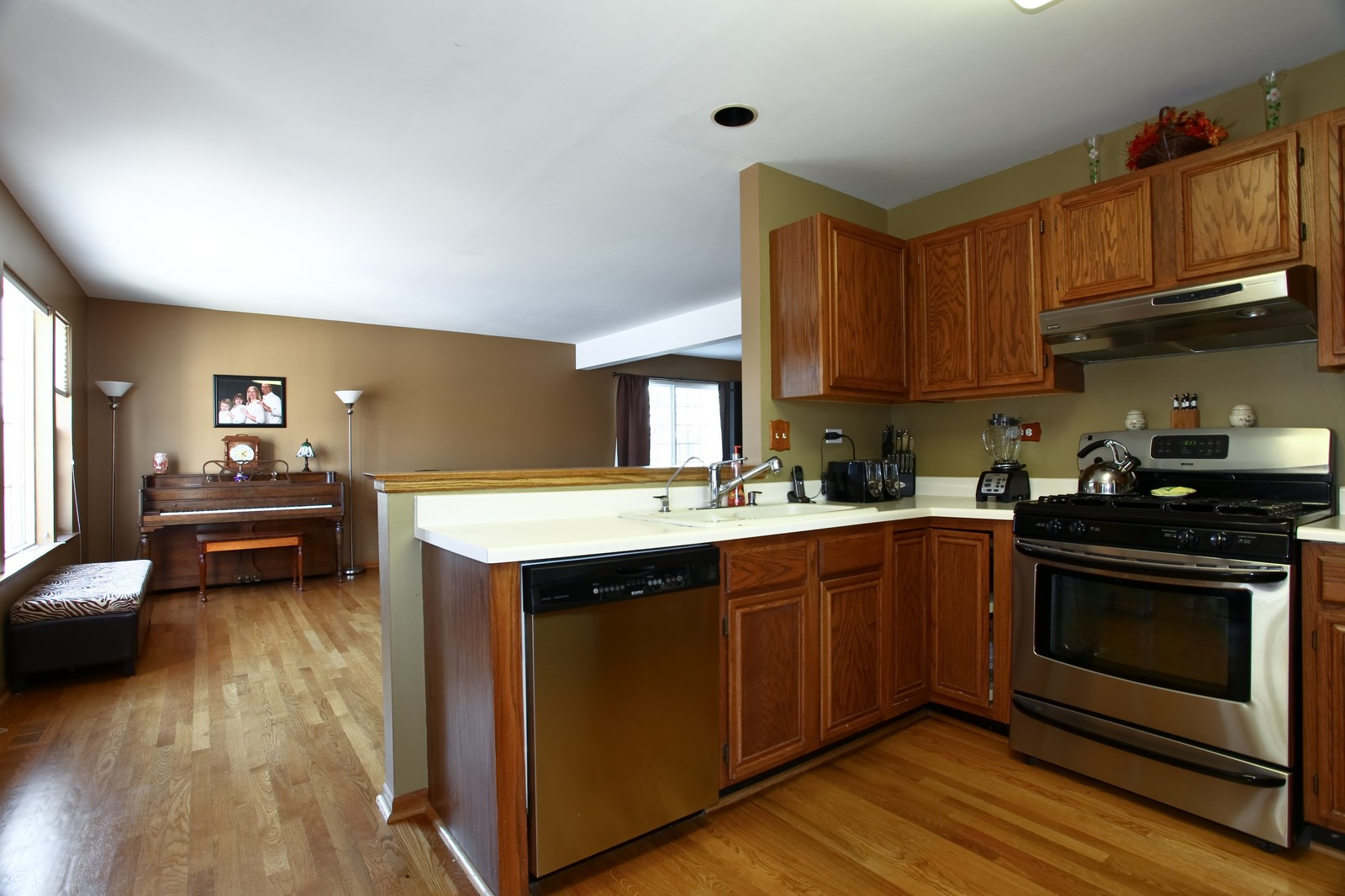 Real Estate Photography - 1383 Newcastle Lane, Bartlett, IL, 60103 - Kitchen