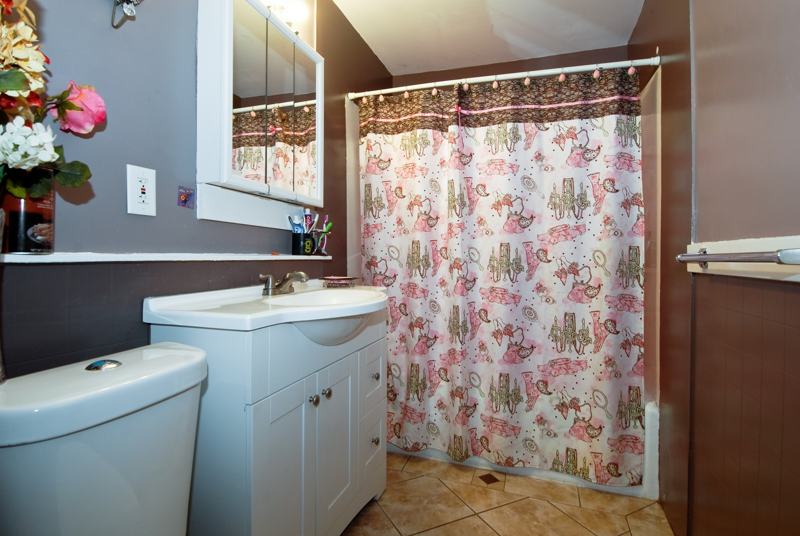 Real Estate Photography - 569 Woodlawn Ave, Aurora, IL, 60505 - Bathroom