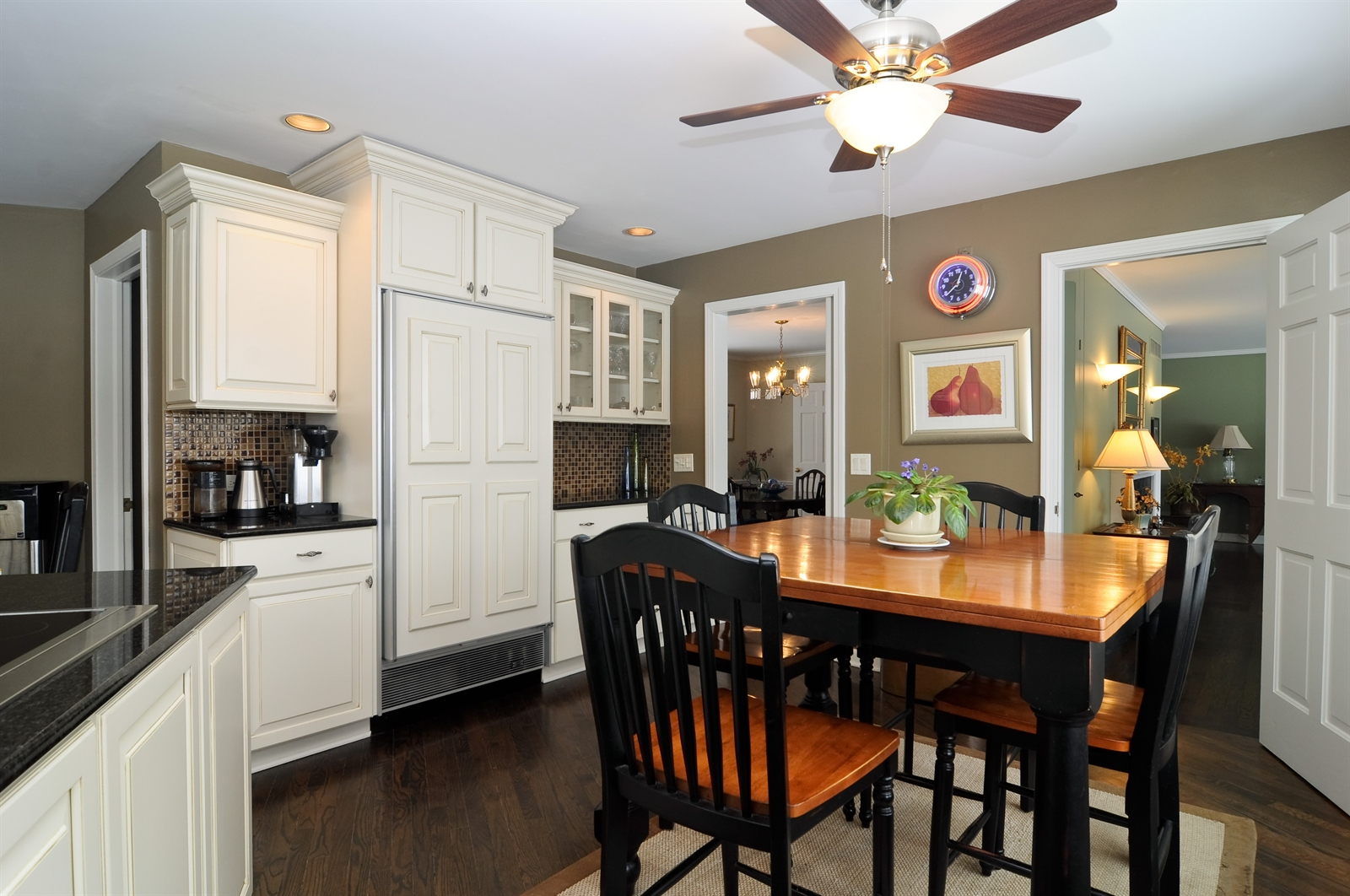 Real Estate Photography - 55 W Lakeview Ln, Barrington Hills, IL, 60010 - Kitchen / Breakfast Room