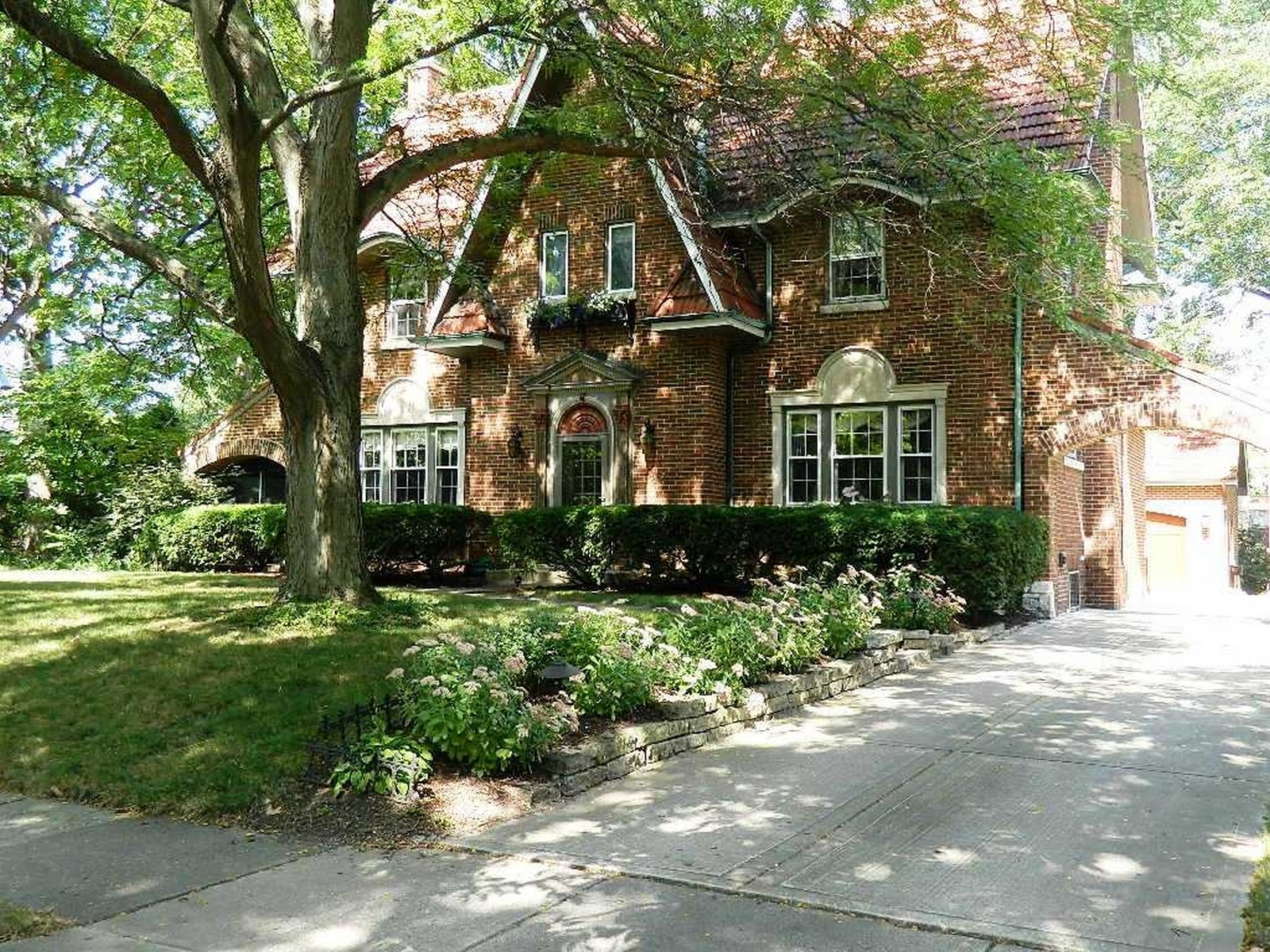 Real Estate Photography - 864 Woodland Dr, Glen Ellyn, IL, 60137 - Front View