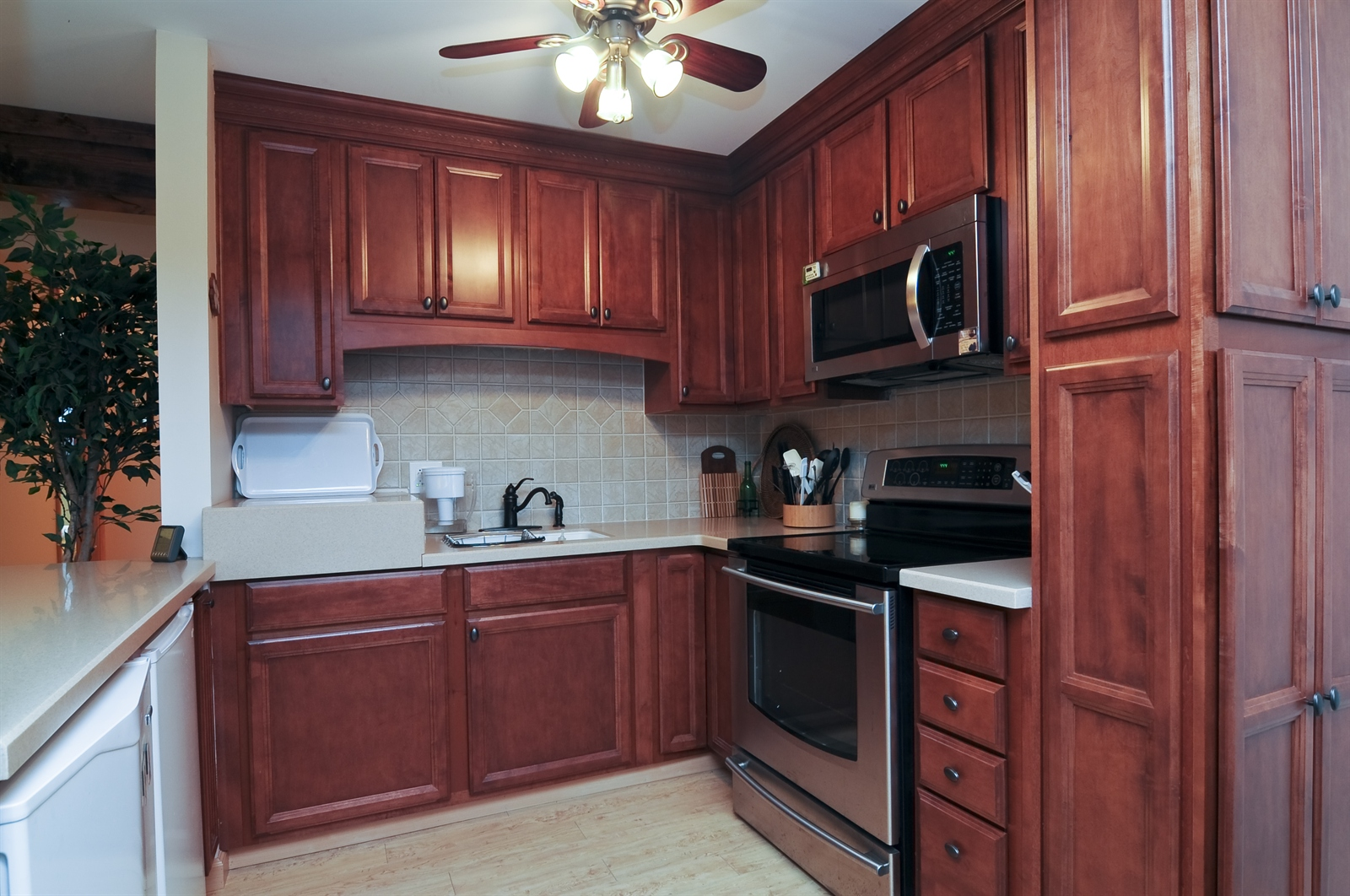 Real Estate Photography - 58 Vail Colony, Unit 6, Fox Lake, IL, 60020 - Kitchen