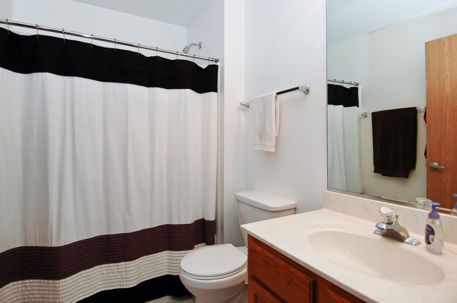 Real Estate Photography - 285 Nicole Dr, Unit F, South Elgin, IL, 60177 - Bathroom