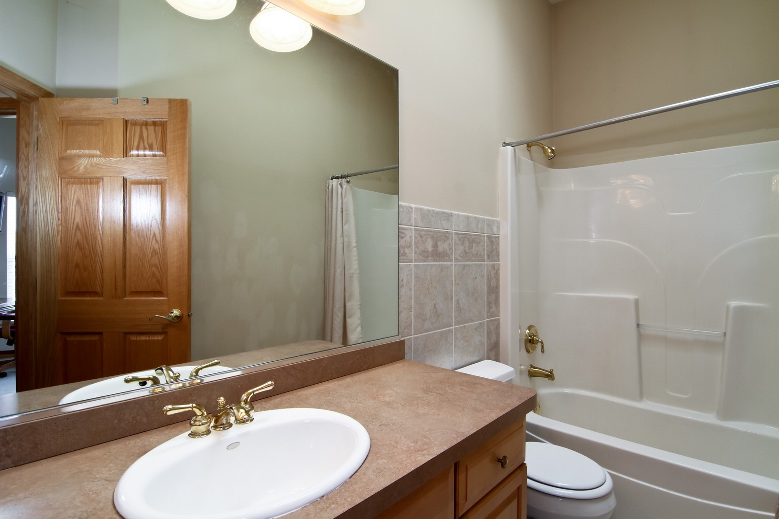 Real Estate Photography - 1135 Ironwood Ln, Lisle, IL, 60532 - Bathroom