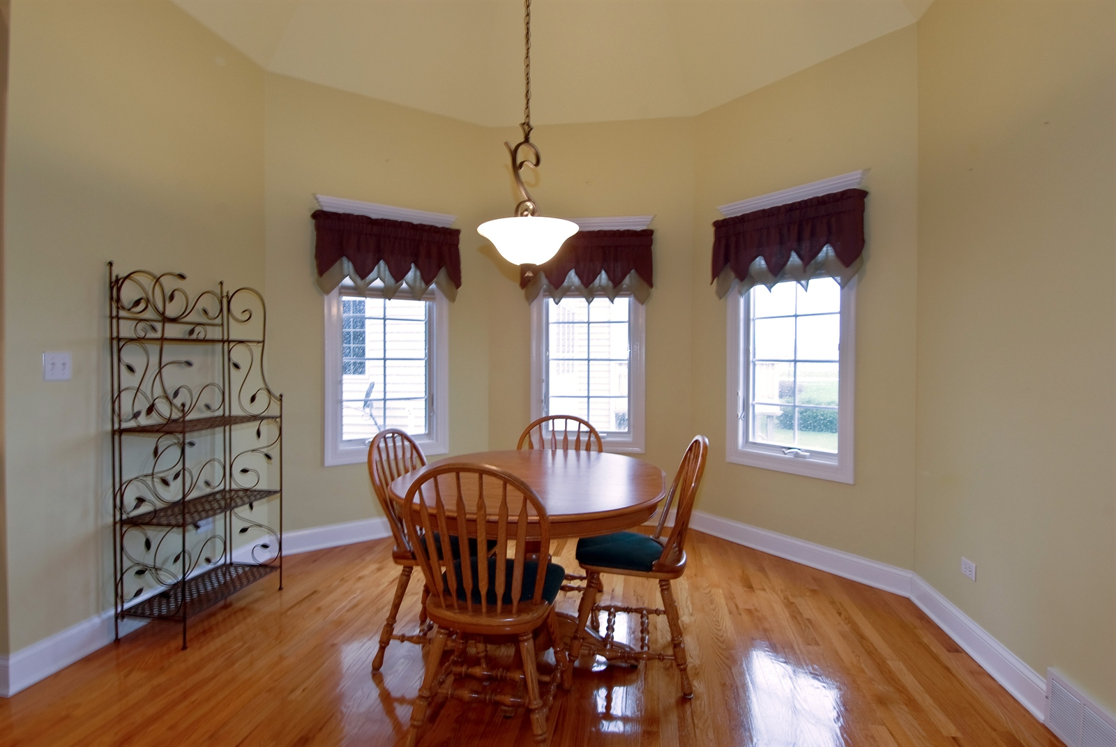 Real Estate Photography - 4N481 Samuel Clemens Dr, Saint Charles, IL, 60175 - Breakfast Nook