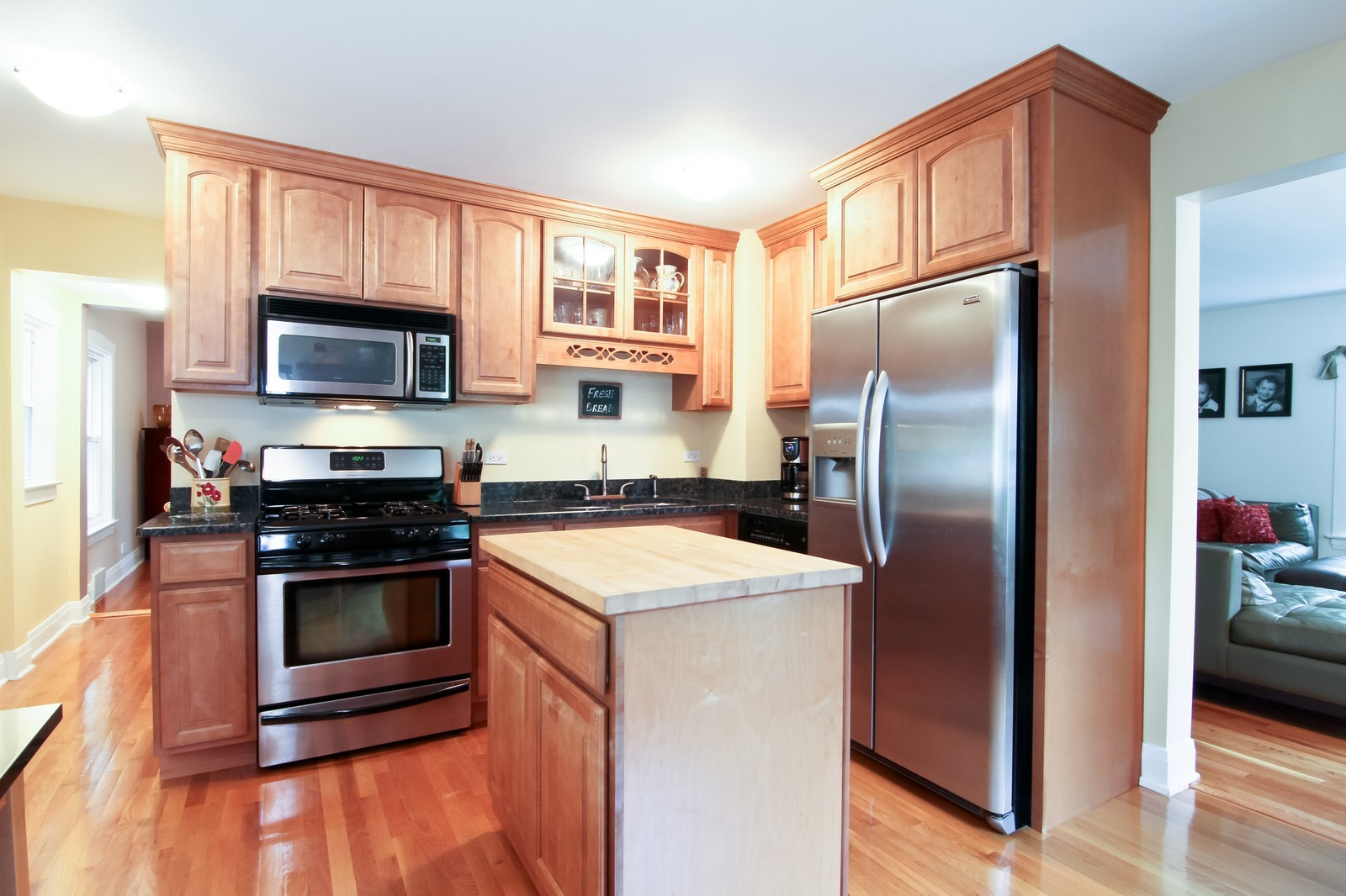 Real Estate Photography - 4701 Cumnor Rd, Downers Grove, IL, 60515 - Kitchen