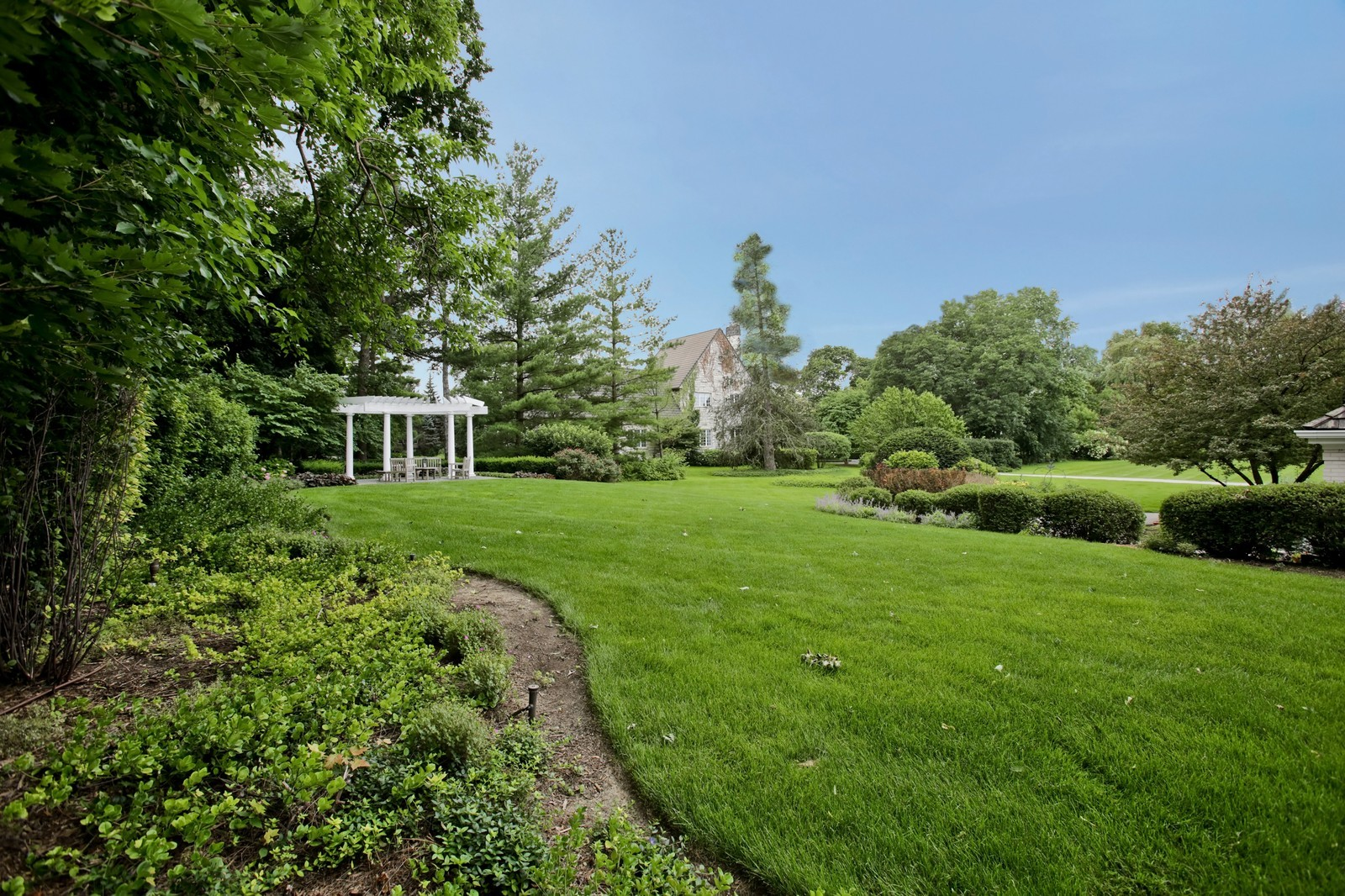 Real Estate Photography - 25W445 Plamondon Rd, Wheaton, IL, 60189 - Side yard