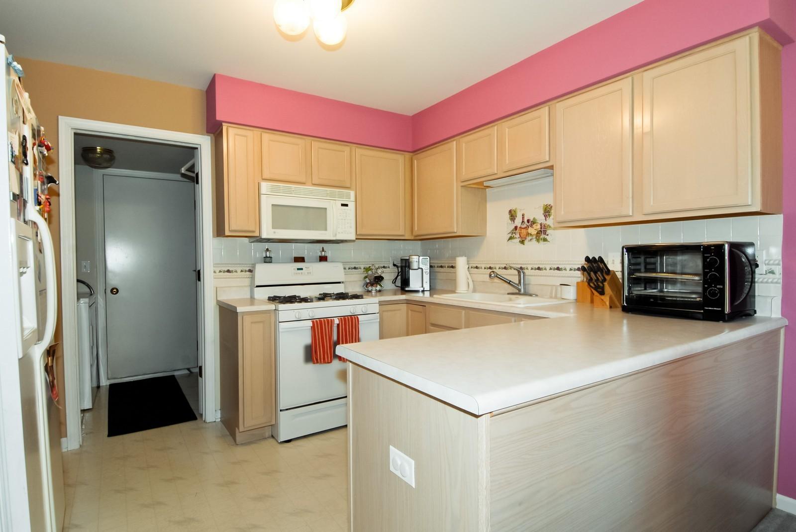 Real Estate Photography - 1616 Abington Ln, North Aurora, IL, 60542 - Kitchen