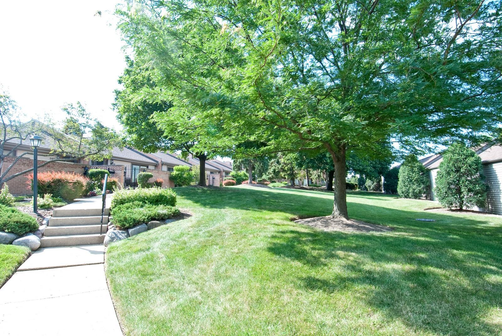 Real Estate Photography - 550 E Main St, Unit 2C, Barrington, IL, 60010 - Courtyard