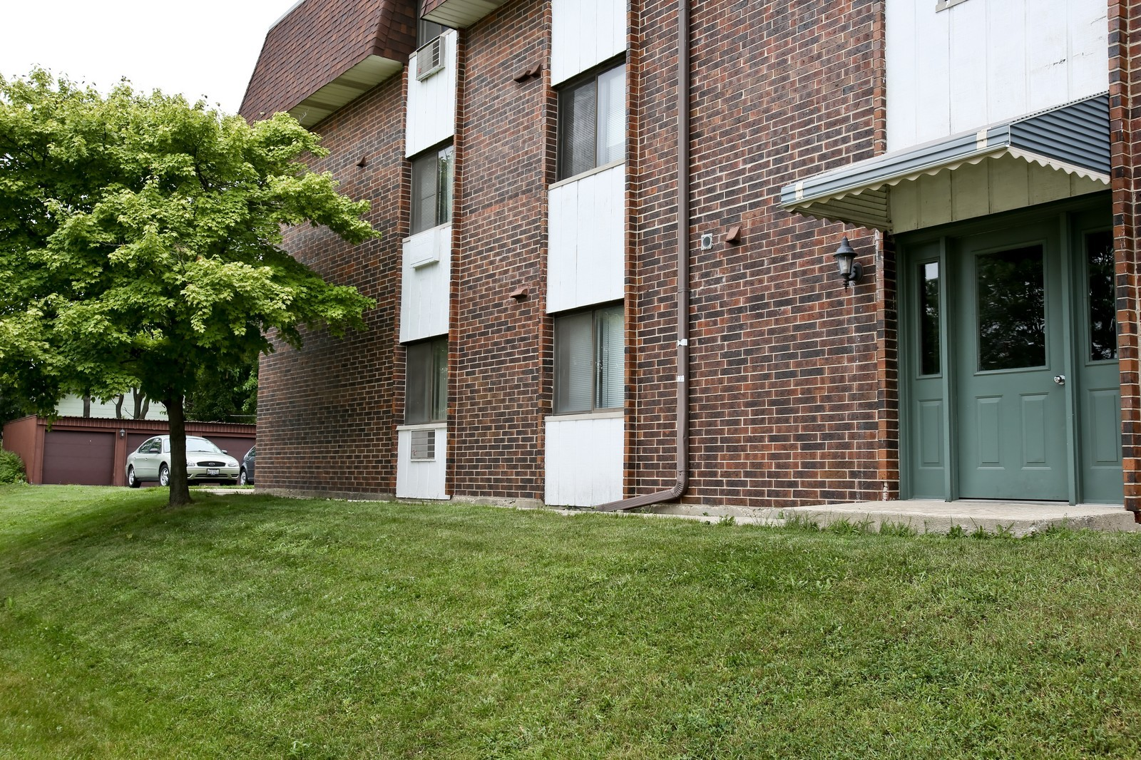 Real Estate Photography - 4946 Douglas Rd, Unit 102, Downers Grove, IL, 60515 - Entryway